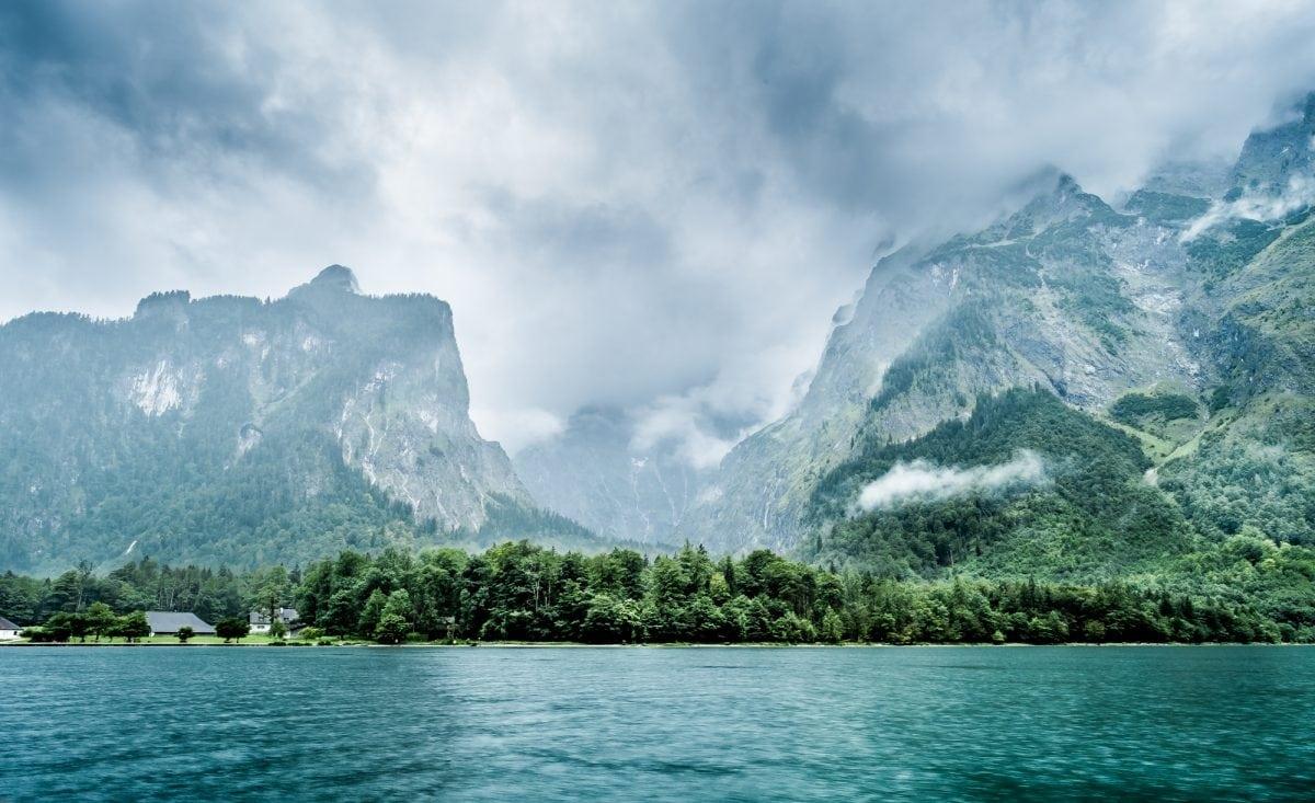 Le lac Königssee se situe en Allemagne dans Sud-Est de la Bavière à quelques kilomètre de la frontière Autrichienne. La petit ville de Schönau am Königssee borde le lac. Il fait parti du parc national de Berchtesgaden.